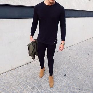 Cómo combinar: botines chelsea de ante marrón claro, pantalón de chándal negro, camiseta de manga larga negra, cazadora de aviador verde oliva