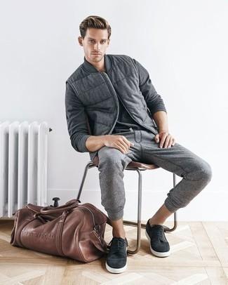 Combinar un pantalón de chándal gris: Haz de un chaleco de abrigo de lana gris y un pantalón de chándal gris tu atuendo para un look diario sin parecer demasiado arreglada. Tenis de ante en gris oscuro son una opción práctica para completar este atuendo.
