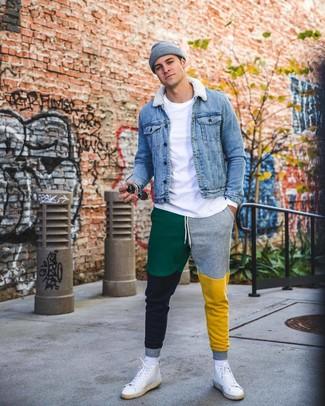 Cómo combinar: zapatillas altas de cuero blancas, pantalón de chándal en multicolor, camiseta de manga larga blanca, chaqueta vaquera azul