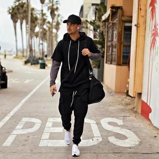Cómo combinar: deportivas blancas, pantalón de chándal negro, camiseta de manga larga en gris oscuro, sudadera con capucha de manga corta negra