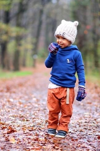 Cómo combinar: zapatillas de cuero azul marino, pantalón de chándal naranja, camiseta de manga larga blanca, sudadera con capucha azul