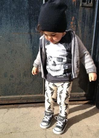 Cómo combinar: zapatillas negras, pantalón de chándal blanco, camiseta negra, sudadera con capucha gris