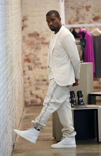 Cómo combinar: zapatillas altas blancas, pantalón de chándal en beige, camiseta con cuello circular en beige, blazer en beige