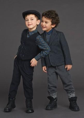 Cómo combinar: botas negras, pantalón de chándal en gris oscuro, camisa polo estampada azul marino, blazer en gris oscuro