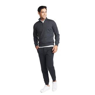 Cómo combinar: tenis de cuero blancos, pantalón de chándal en gris oscuro, camisa polo blanca, jersey de cuello alto con cremallera en gris oscuro