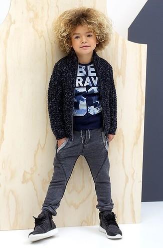 Cómo combinar: zapatillas en gris oscuro, pantalón de chándal en gris oscuro, camiseta estampada azul marino, cárdigan azul marino