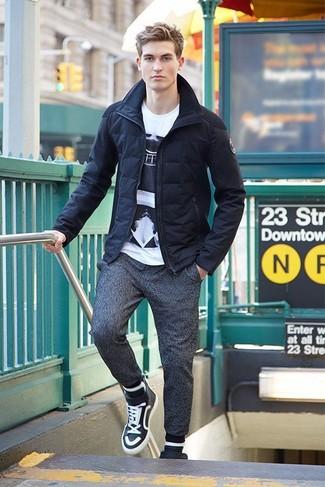 Cómo combinar: zapatillas altas en negro y blanco, pantalón de chándal en gris oscuro, camiseta con cuello circular estampada en blanco y negro, plumífero azul marino