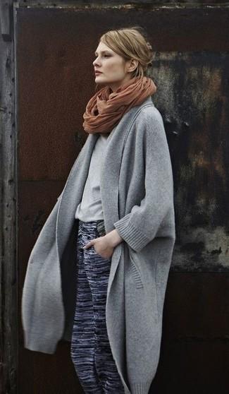 Combinar una bufanda marrón: Un abrigo gris y una bufanda marrón son una opción grandiosa para el fin de semana.