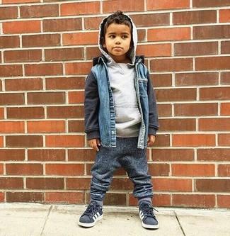 Cómo combinar: zapatillas en gris oscuro, pantalón de chándal en gris oscuro, sudadera con capucha gris, chaqueta vaquera azul