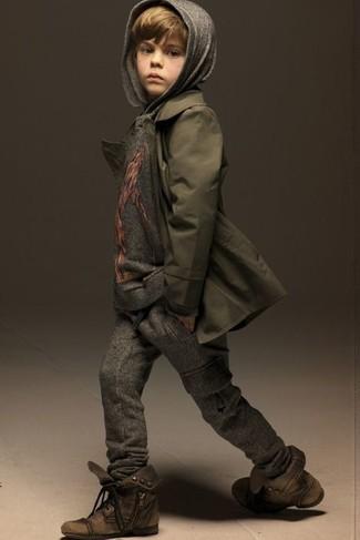 Cómo combinar: botas marrónes, pantalón de chándal en gris oscuro, sudadera con capucha gris, gabardina verde oliva