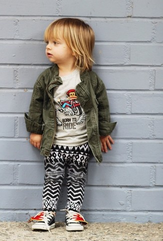 Cómo combinar: zapatillas negras, pantalón de chándal en negro y blanco, camiseta gris, chaqueta verde oliva