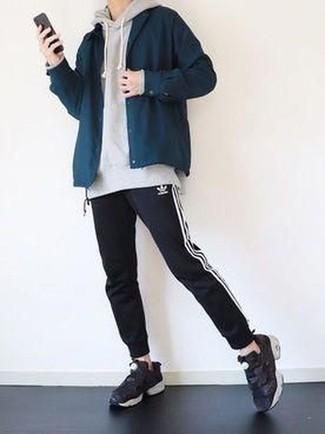 Combinar una chaqueta estilo camisa azul marino: Empareja una chaqueta estilo camisa azul marino con un pantalón de chándal en negro y blanco para cualquier sorpresa que haya en el día. Si no quieres vestir totalmente formal, usa un par de deportivas negras.