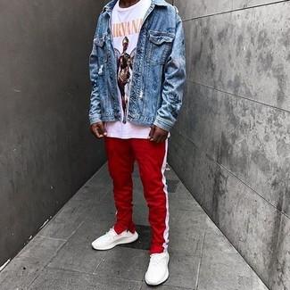 Cómo combinar: deportivas blancas, pantalón de chándal de rayas verticales en rojo y blanco, camiseta con cuello circular estampada blanca, chaqueta vaquera azul