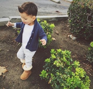 Cómo combinar: botas ugg marrón claro, pantalón de chándal gris, camiseta blanca, cárdigan azul marino
