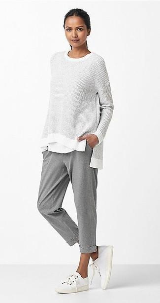 Cómo combinar: tenis de lona blancos, pantalón de chándal gris, camiseta con cuello circular blanca, jersey oversized gris