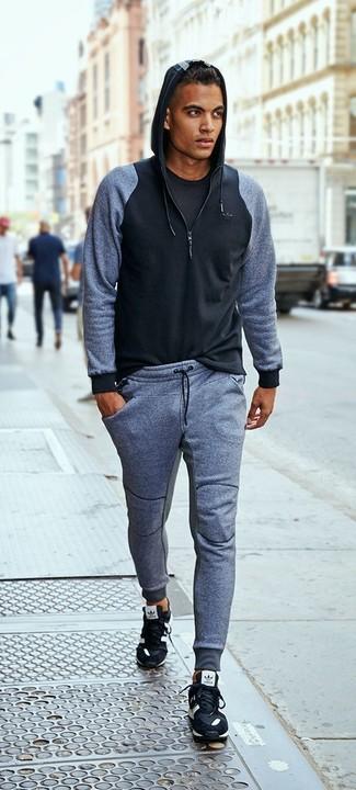 Cómo combinar: deportivas negras, pantalón de chándal gris, camiseta con cuello circular negra, sudadera con capucha negra