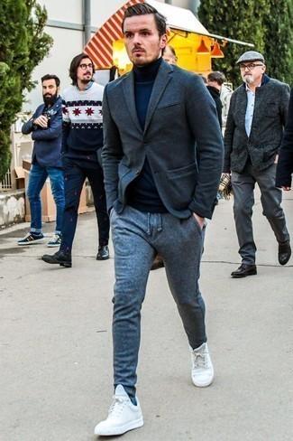 Combinar unos tenis blancos: Casa un blazer de lana en gris oscuro con un pantalón de chándal de lana gris para una apariencia fácil de vestir para todos los días. Tenis blancos son una opción inigualable para completar este atuendo.