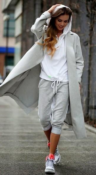Combinar una sudadera con capucha blanca: Empareja una sudadera con capucha blanca junto a un pantalón de chándal gris para un look agradable de fin de semana. Usa un par de zapatillas altas grises para destacar tu lado más sensual.