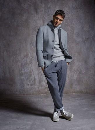 Cómo combinar: tenis de ante grises, pantalón de chándal gris, sudadera con capucha gris, chaqueta estilo camisa de lana gris