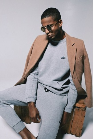 Cómo combinar: gafas de sol negras, pantalón de chándal gris, sudadera gris, abrigo largo marrón claro