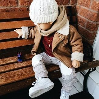 Cómo combinar: zapatillas blancas, pantalón de chándal gris, jersey rojo, chaqueta marrón claro