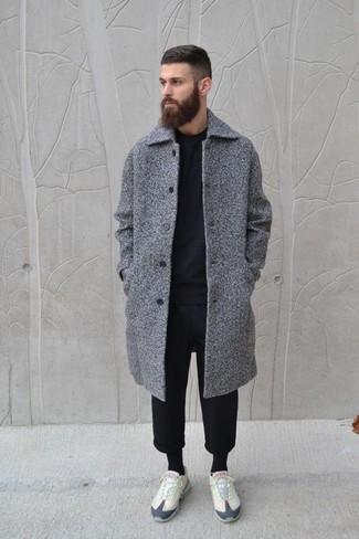 Cómo combinar: tenis en beige, pantalón de chándal negro, jersey con cuello circular negro, abrigo largo gris
