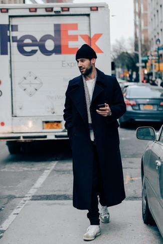 Cómo combinar: tenis de cuero blancos, pantalón de chándal negro, jersey con cuello circular blanco, abrigo largo azul marino