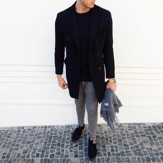 Cómo combinar: tenis negros, pantalón de chándal gris, jersey con cuello circular negro, abrigo largo negro