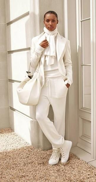 Combinar unas zapatillas altas de lona blancas: Usa un blazer de lana blanco y un pantalón de chándal blanco y te verás como todo un bombón. Zapatillas altas de lona blancas darán un toque desenfadado al conjunto.