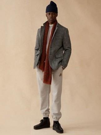 Outfits hombres: Para crear una apariencia para un almuerzo con amigos en el fin de semana elige un blazer de lana gris y un pantalón de chándal en beige. Botas safari de cuero negras son una opción inmejorable para complementar tu atuendo.