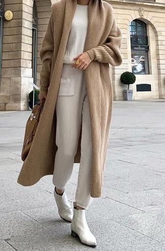 Cómo combinar: botines chelsea de cuero blancos, pantalón de chándal en beige, jersey con cuello circular en beige, cárdigan largo marrón claro