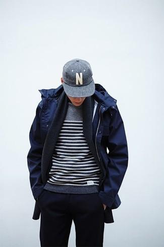 Cómo combinar: gorra de béisbol gris, pantalón de chándal azul marino, jersey con cuello circular de rayas horizontales gris, parka azul marino