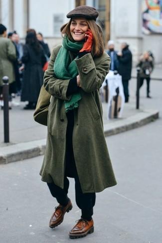 Cómo combinar: náuticos de cuero marrónes, pantalón de chándal negro, jersey de cuello alto negro, abrigo verde oliva