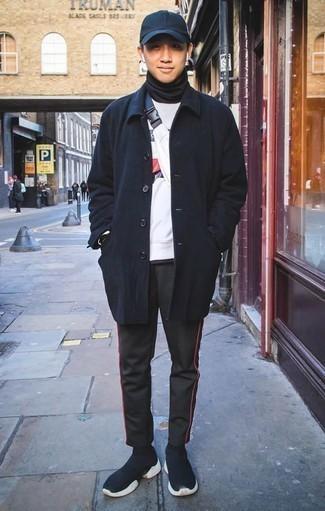 Outfits hombres en clima frío: Elige un abrigo largo azul marino y un pantalón de chándal negro para un look diario sin parecer demasiado arreglada. Deportivas azul marino añadirán interés a un estilo clásico.
