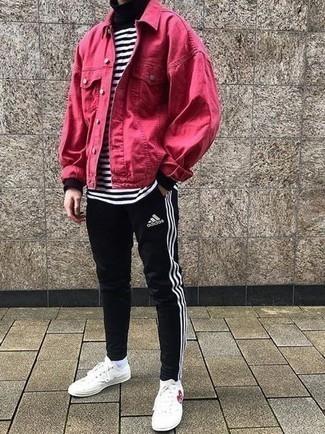 Outfits hombres en primavera 2021: Empareja una chaqueta vaquera rosa junto a un pantalón de chándal negro para un look diario sin parecer demasiado arreglada. Tenis de lona estampados blancos son una opción muy buena para complementar tu atuendo. Si tu buscas un atuendo excelente para la primavera, este es para ti.