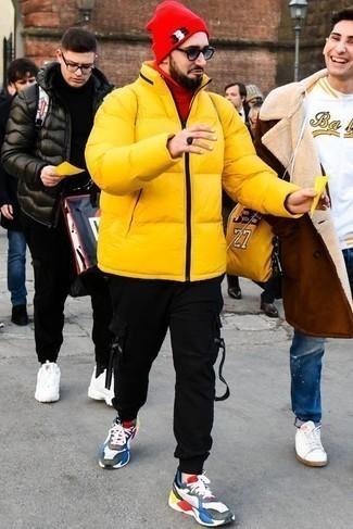 Combinar un pantalón de chándal negro: Casa un plumífero amarillo con un pantalón de chándal negro para un look diario sin parecer demasiado arreglada. ¿Quieres elegir un zapato informal? Opta por un par de deportivas en multicolor para el día.