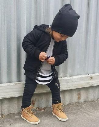 Cómo combinar: botas marrón claro, pantalón de chándal negro, jersey gris, sudadera con capucha negra