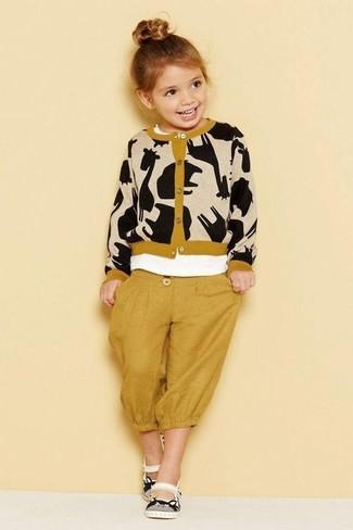 Cómo combinar: sandalias blancas, pantalón de chándal mostaza, camiseta blanca, cárdigan estampado marrón claro