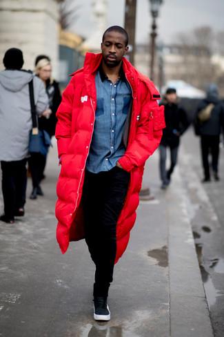 Cómo combinar: zapatillas altas de cuero negras, pantalón de chándal negro, camisa de manga larga de cambray azul, parka roja