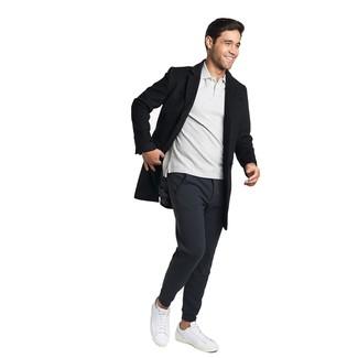 Cómo combinar: tenis de cuero blancos, pantalón de chándal negro, camisa polo gris, abrigo largo negro