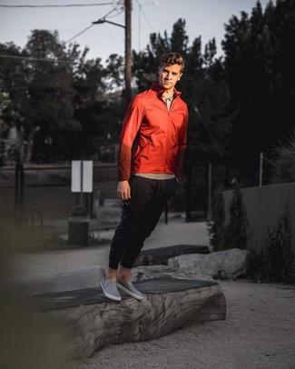 Cómo combinar: zapatillas slip-on de cuero grises, pantalón de chándal negro, camisa polo gris, chubasquero rojo