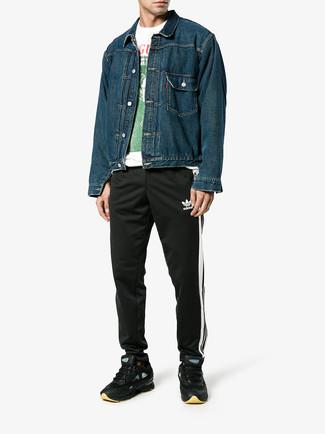 Cómo combinar: deportivas negras, pantalón de chándal negro, camiseta con cuello circular estampada blanca, chaqueta vaquera azul marino