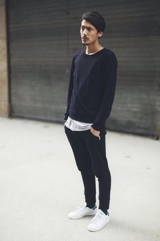 Cómo combinar: tenis de cuero blancos, pantalón de chándal negro, camiseta con cuello circular gris, camiseta de manga larga negra