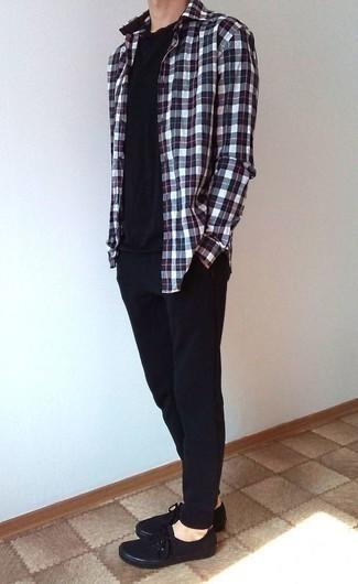 Combinar un pantalón de chándal negro: Una camisa de manga larga de tartán en blanco y rojo y azul marino y un pantalón de chándal negro son una opción perfecta para el fin de semana. Usa un par de tenis de lona negros para mostrar tu inteligencia sartorial.