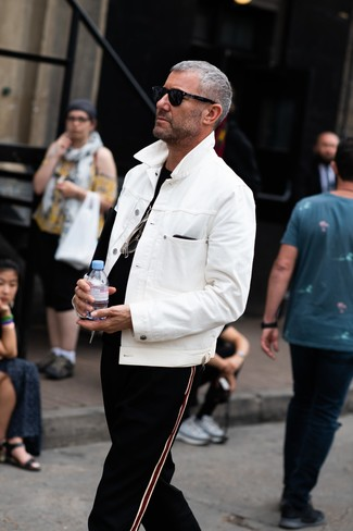 Cómo combinar: gafas de sol negras, pantalón de chándal de rayas verticales negro, camiseta con cuello circular negra, chaqueta vaquera blanca