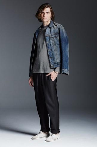 Cómo combinar: tenis de lona blancos, pantalón de chándal negro, camiseta de manga larga de rayas horizontales gris, chaqueta vaquera azul