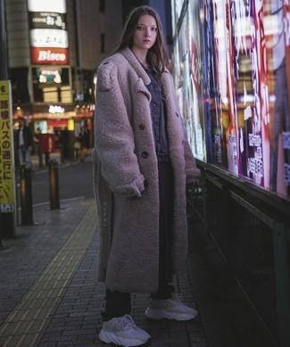 Cómo combinar: deportivas grises, pantalón de chándal negro, chaqueta vaquera negra, abrigo de piel en beige