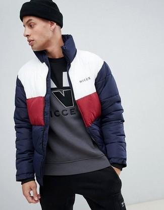 Cómo combinar: gorro negro, pantalón de chándal negro, sudadera estampada gris, plumífero en blanco y rojo y azul marino