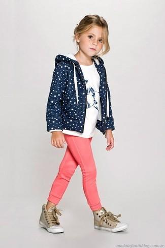 Cómo combinar: zapatillas doradas, pantalón de chándal rosa, camiseta blanca, sudadera con capucha azul marino