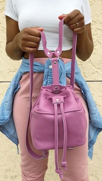 Cómo combinar: mochila con cordón de cuero rosa, pantalón de chándal rosado, top corto blanco, camisa vaquera celeste